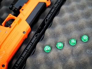 Arma e cápsulas com líquido transparente que contém DNA (Foto: Divulgação/Selectamark)
