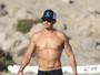 Orlando Bloom exibe físico sarado em dia de praia