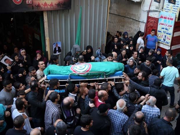 Corpo de vítima de atentado em Beirute nesta quinta é carregado durante su funeral nesta sexta-feira (13) (Foto: AFP PHOTO/JOSEPH EID)
