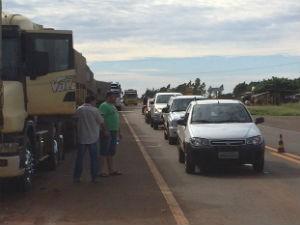 Bloqueio dos caminhoneiros na BR-463 em Sanga Puitã, MS (Foto: Martim Andrada/ TV Morena)