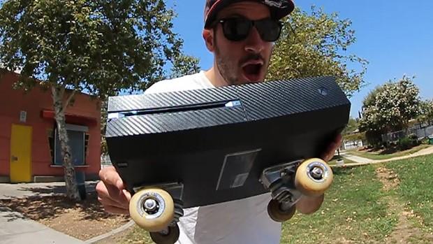 Já imaginou transformar seu Xbox One em um skate? (Foto: Reprodução/Youtube)