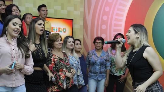 Naiara Azevedo canta sucesso e recebe homenagem da mãe, no 'Paneiro'