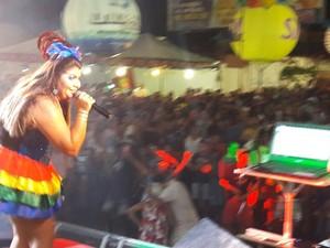 Cantora Ana costa fez o primeiro show da noite do polo Orla  (Foto: Isa Mendes / TV Grande Rio)