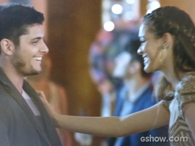 A jovem puxa André para dançar (Foto: Em Família/TV Globo)