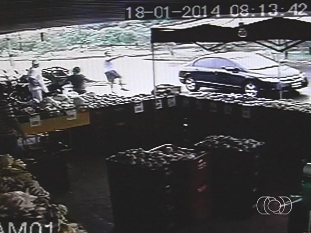 Policial militar é baleado em tentativa de assalto, em Aparecida de Goiânia, Goiás (Foto: Reprodução/TV Anhanguera)