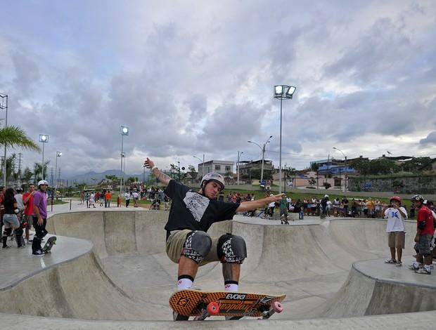 Pedro Barros anda de skate no Parque de Madureira no Rio (Foto: Fernando Sotello/AGIF)