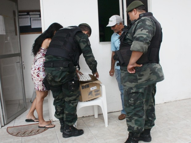 Polícia Ambiental foi acionada para encaminhar coruja para atendimento veterinário (Foto: Walter Paparazzo/G1)