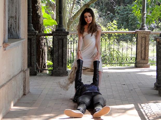 Cristal arrasta Alexia por uma casa abandonada (Foto: Malhação / TV Globo)