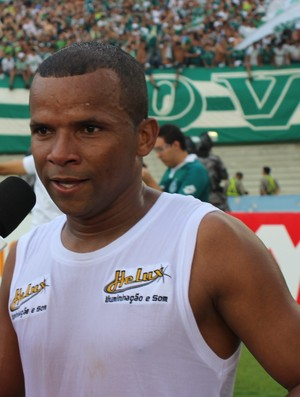 Vítor, lateral-direito do Goiás (Foto: Daniel Mundim/GLOBOESPORTE.COM)