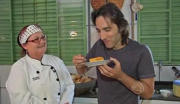 Márcio de Camillo foi conferir bem de pertinho o sabor especial desta receita. (Foto: Reprodução/TVMO)
