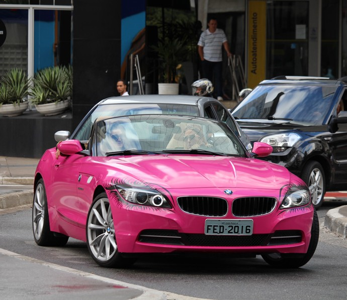 Personagem de Tatá Werneck é dona de um carro rosa choque (Foto: Ariane Ducati/Gshow)