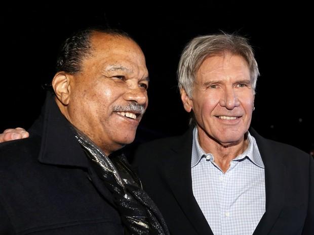 Os atores Billy Dee Williams (à esquerda) e Harrison Ford na pré-estreia em Hollywood de 'Star Wars: Episódio VII – O despertar da força', nesta segunda-feira (14) (Foto: Mario Anzuoni/Reuters)
