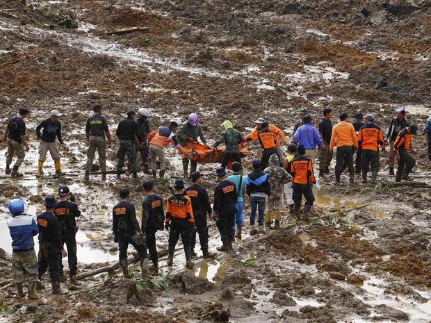 Equipes de resgate retiram vítima do deslizamento de terra em vilarejo na Indonésia (Foto: Idhad Zakaria/Antara Foto/Reuters)