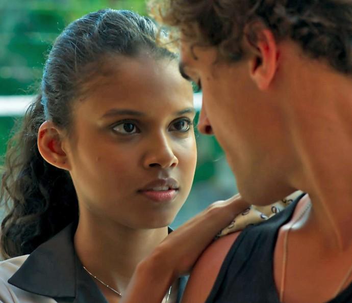 Joana dá aquela ajudinha básica e rola um clima (Foto: TV Globo)