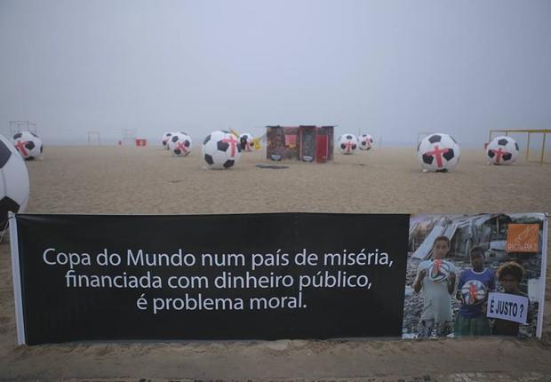 ONG faz protesto em Copacabana contra gastos da Copa