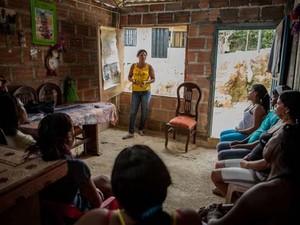 Maritza Cruz, da Rede Borboletas, lidera uma oficina semanal que instrui mulheres de Buenaventura sobre os seus direitos. (Foto: ACNUR / J. Arredondo)