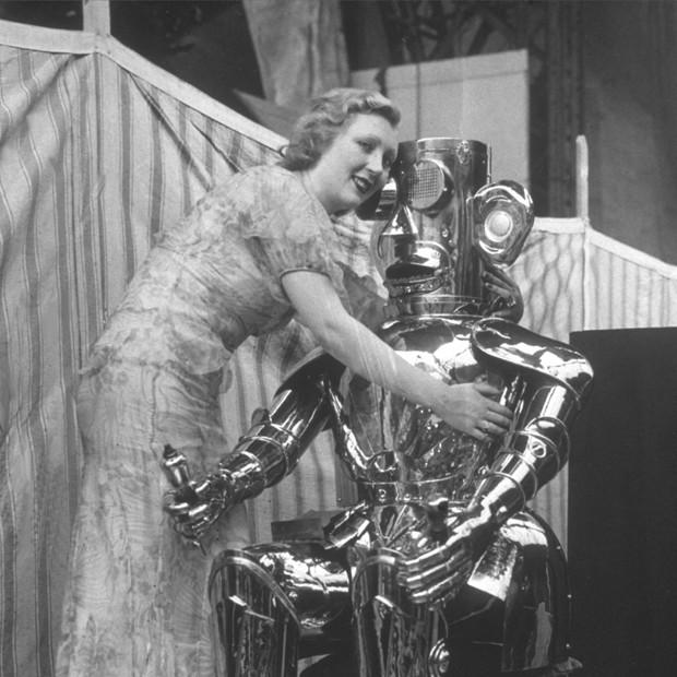 Amor com robôs é um dos temas do festival (Foto: Miller/Topical Press Agency/Getty Images)