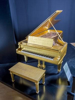 Piano banhado a ouro que pertenceu a Elvis Presley (Foto: Julien's Auctions/Reuters)