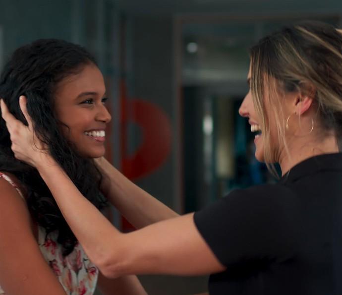 Tânia fica radiante ao saber da contratação de Joana na Forma (Foto: TV Globo)