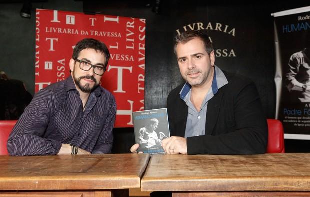 Fábio de Melo e Rodrigo Alverez na livraria da Travessa (Foto: Anderson Barros / EGO)