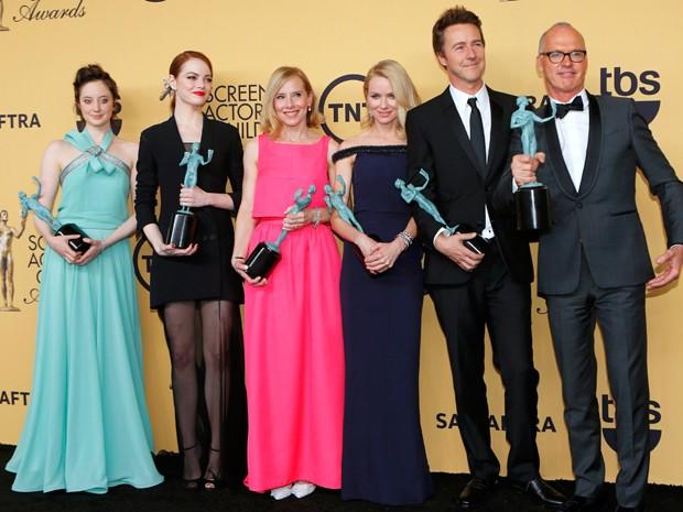 Elenco de 'Birdman' posa com prêmio do Sindicato dos Atores (Foto: REUTERS/Mike Blake)