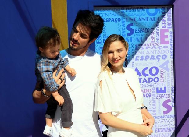 Romulo Estrela e a mulher, Nilma, com o filho, Theo (Foto: AgNews)
