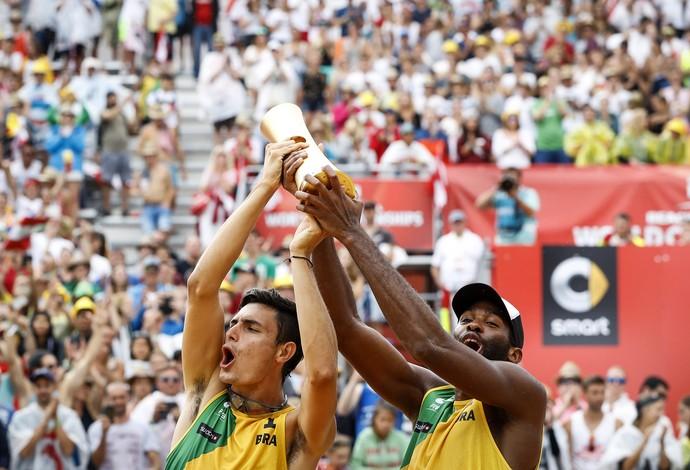 Evandro/André Stein campeões do Mundial de vôlei de praia (Foto: Divulgação/FIVB)