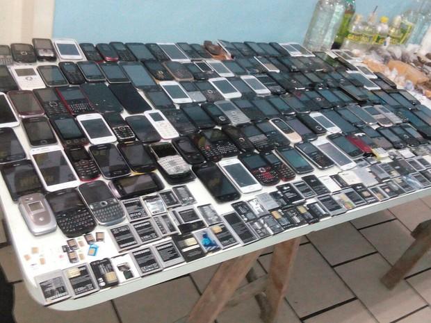 Pente-fino localizou 132 celulares com detentos (Foto: Brigada Militar/Divulgação)
