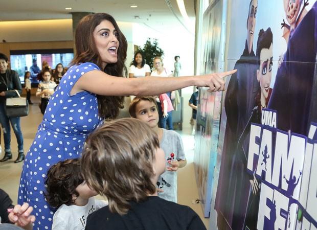 Juliana Paes mostra Emma, personagem que dublou, em painel (Foto: Roberto Filho/Brazil News)