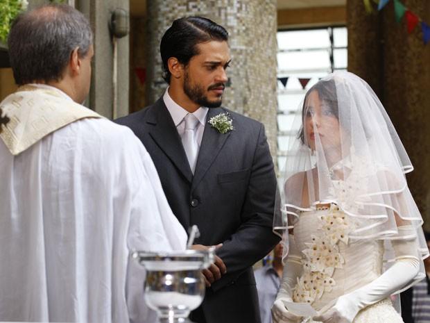 Valéria faz suspense na hora do 'sim' e deixa Josué preocupado (Foto: Amor Eterno Amor/ TV Globo)