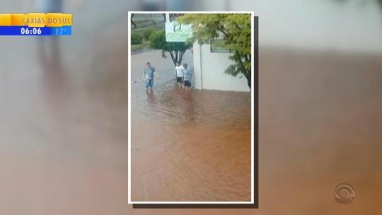 Granizo causa danos em residências, lavouras e escola no RS