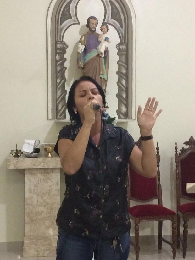 A cantora Shirlei fazendo sua homenagem a Domingos Montagner (Foto: Arquivo Pessoal)