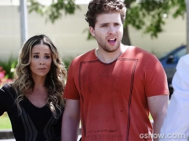 Amarilys e Niko quase não acreditam no que escutam... (Foto: Amor à Vida / TV Globo)