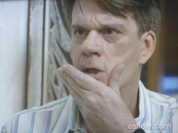 Luciano leva soco de Ricardo (Foto: Em Família / TV Globo)
