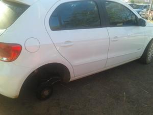 Carro teve pneu e rolada levados no hospital geral de Palmas (Foto: Adriano Fonseca/TV Anhanguera TO)