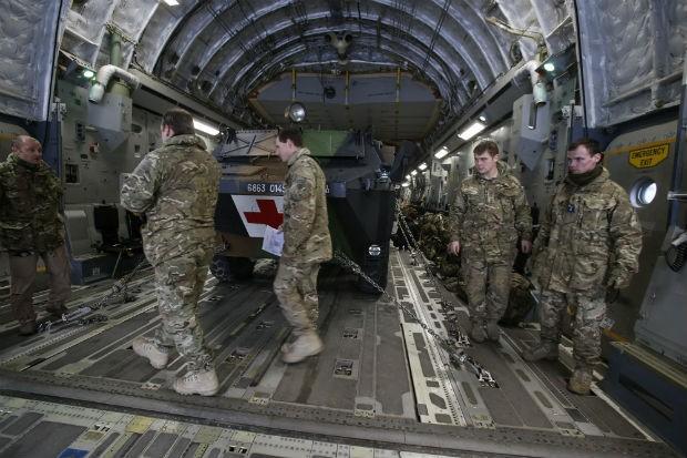 Soldados carregam um veículo médico blindado em um avião de transporte francês. Equipamentos militares serão enviados ao Mali pelo exército da França (Foto: Michel Euler/AP)