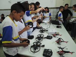 No Recife, estudantes da rede municipal aprendem a operar drones para localizar focos do mosquito Aedes egypti (Foto: Bruno Marinho/G1)
