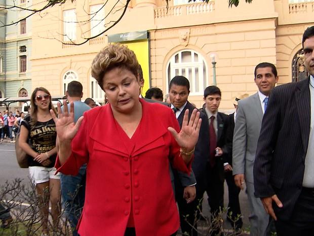 Dilma quebrou protocolo, pediu licença à segurança e passeou pela Praça da Liberdade (Foto: Reprodução/TV Globo)