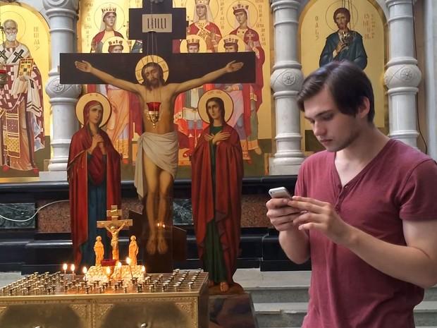 Ruslan Sokolovsky gravou vídeo jogando 'Pokémon go' em igreja na Rússia (Foto: Reprodução/YouTube/Sokolovsky!)