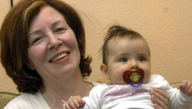 Nessa foto, Raunigk está com 55 anos segurando sua filha mais nova; dez anos depois, ela espera quadrigêmeos (Foto: BBC)