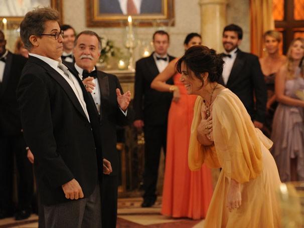 Glória Pires dá gargalhada durante gravação da novela (Foto: Alex Carvalho / Rede Globo )