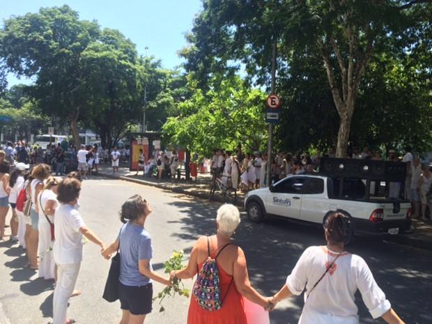 No final da manifestação houve um abraço coletivo ao ponto de ônibus onde o estudante foi morto (Foto: Guilherme Brito/G1)