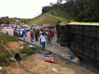 Segundo a PRF, chovia muito, quando ônibus perdeu o controle ao fazer uma curva (Foto: Manoel Filho/G1)