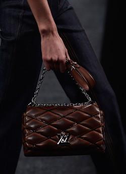 80d5171de Louis Vuitton virou 'marca de secretária' na China, afirma analista ...