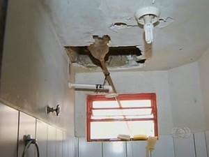 O forro do banheiro da unidade de Porto Nacional está caindo (Foto: Reprodução/TV Anhanguera)