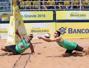 André luta para não deixar a bola cair durante a final do torneio  (Foto: Matheus Vidal/CBV)