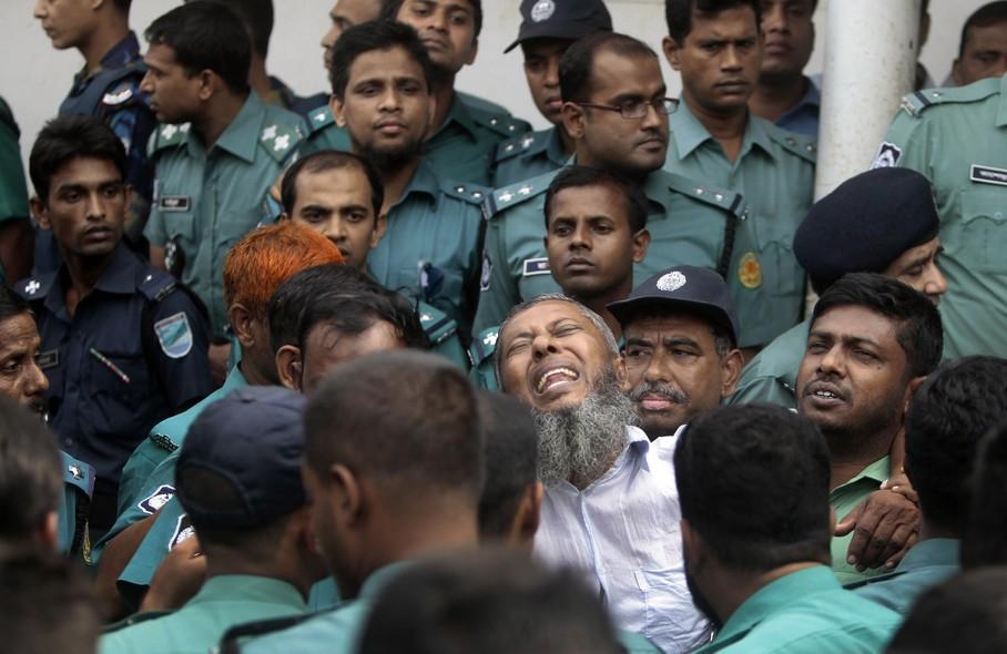 Soldado se desespera ao receber sentença de morte em Daca, Bangladesh. No total, 152 soldados foram condenados à pena de morte  nesta terça (5)  por envolvimento em incêndio criminoso na sede da guarda de fronteiras do país, em 2009, que matou 74 pessoas