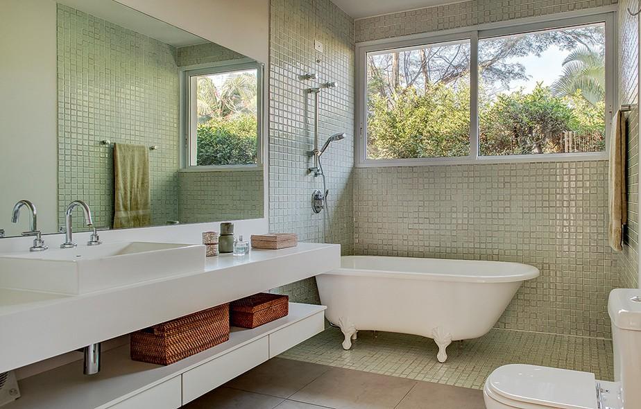 O banheiro, ampliado em uma reforma, tem banheira vitoriana Hampshire, da Doka Bath Works. Bancada de Silestone Blanco Zeus e piso de porcelanato, da Portinari