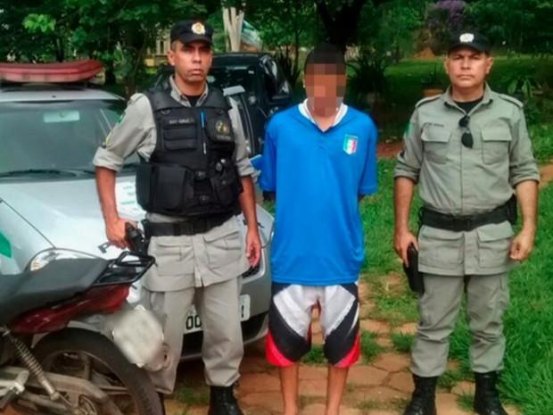 Jovem foi preso suspeito de manter adolescente como refém em Goiânia, Goiás (Foto: Reprodução/TV Anhanguera)