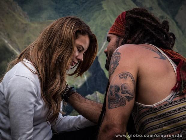 Paloma e Ninho sentem atração imediata (Foto: Amor à Vida / TV Globo)